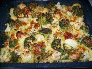 Запеканка из брокколи, курицы и грибов